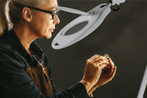 How To Correctly Use A Magnifier Lamp To See Clearer